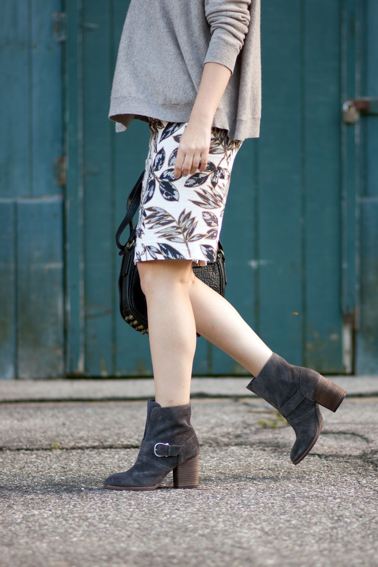 Street style blogger pencil skirt and boots