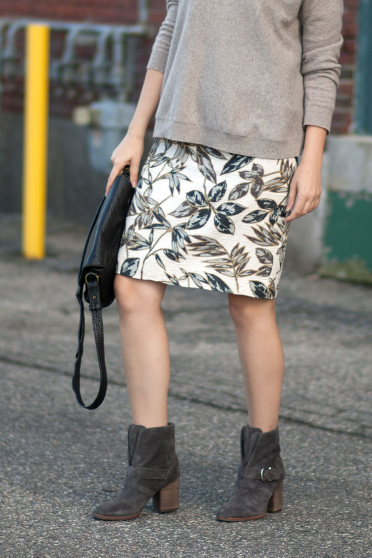 Street style blogger pencil skirt outfit