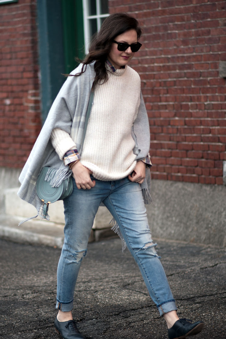 how to style ripper jeans for fall with a chunky sweater and a poncho