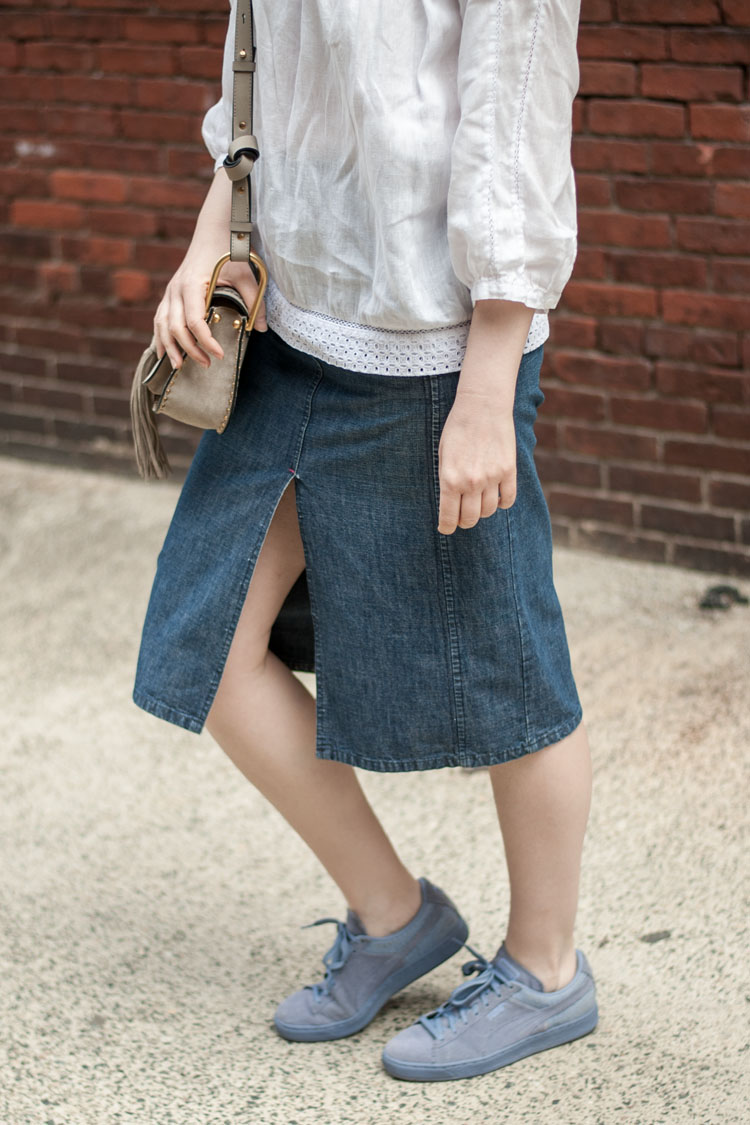 blogger style denim skirt with sneakers